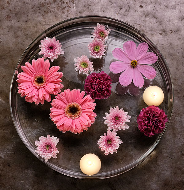 Here's an EASY and IMPRESSIVE centerpiece- made with floating flowers and floating candles- learn how in this episode of Life in Bloom!
